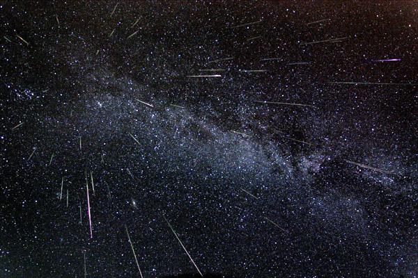 Fred Bruenjes tarafından 11/12 Ağustos 2004 gecesindeki Perseid meteor yağmuru sırasında, geniş açılı bir fotoğraf makinasıyla 6 saati kapsayan 30 sn'lik poz süreleriyle çekilen görüntülerden oluşturulan bir fotoğraf.